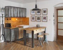 Drewno i metal – jak je wykorzystać w aranżacji wnętrz